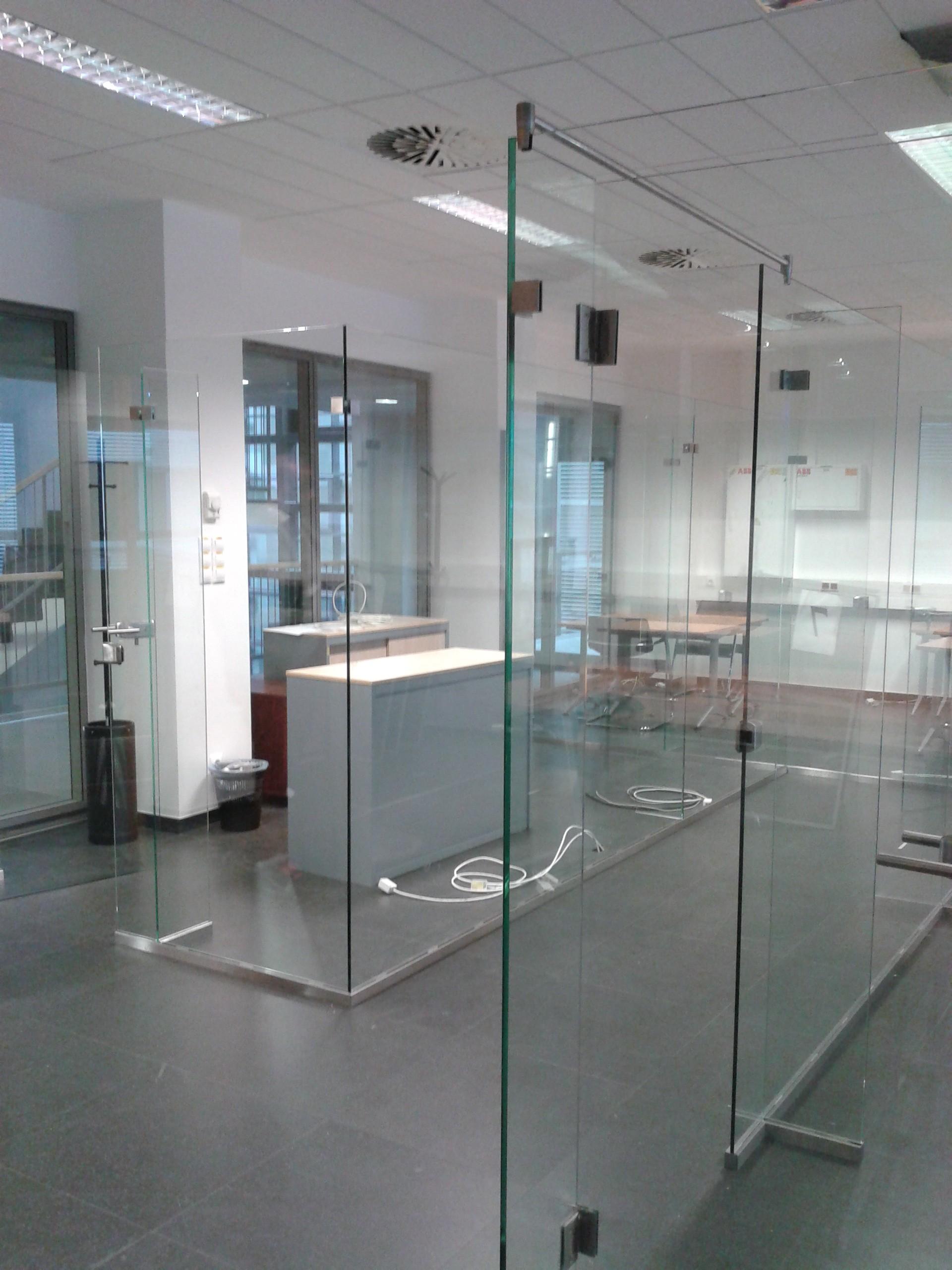 MTVA iroda üvegfal